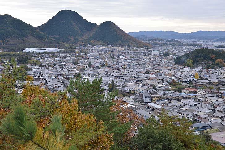 小倉山城の展望台より