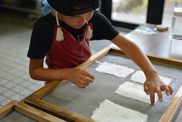美濃和紙の里会館で紙漉き体験