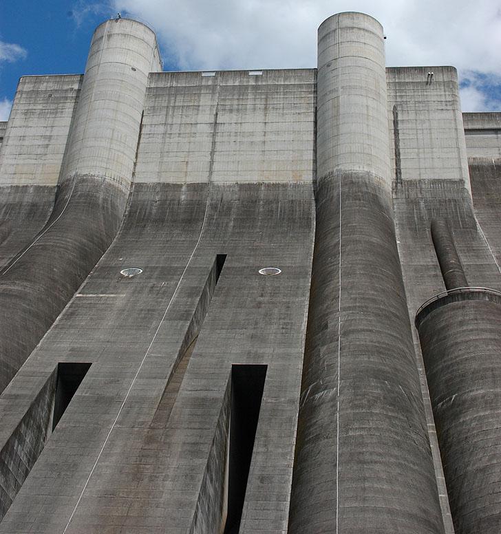 堤体の下から見上げる小里川ダム