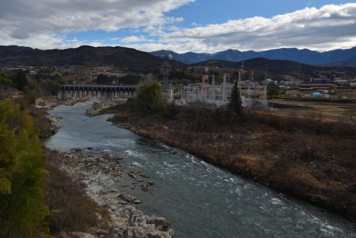 下流から眺める落合ダムの全景