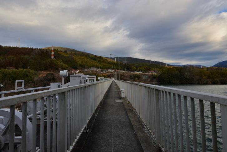 落合ダム堤体上の歩道
